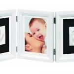 Ein Geschenk das ankommt: der Baby Art Double Print Frame Bilderrahmen Classic ermöglicht das Verewigen der Füße und Hände des Babys (bei Amazon)
