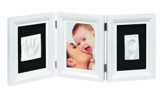 Ein Geschenk das ankommt: der Baby Art Bilderrahmen Double Print Frame Classic ermöglicht das Verewigen der Füße und Hände des Babys (bei Amazon)