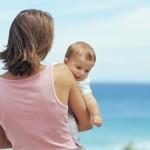 Mit dem Baby an die Ostsee - die Meeresluft tut der Haut von Baby (und Elttern) gut (© Digital Vision / Thinkstock)