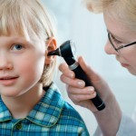 Untersuchung eines Kleinkinds beim HNO / Ohrenarzt: Steckt hinter dem Schmerz und Pochen im Ohr eine akute Mittelohrentzündung? (Alexander Raths / Fotolia)