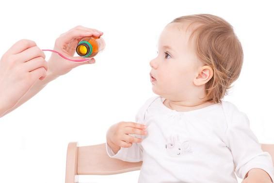 Erkältungen bei Babys - Baby / Kleinkind bekommt Medizin (© detailblick - Fotolia.com)