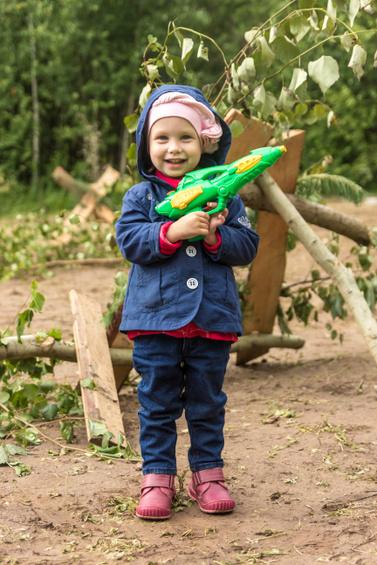 Kleinkinder mit Spielzeugwaffen - Sollen / dürfen die das? (© Fotony76 / stock.adobe.com)