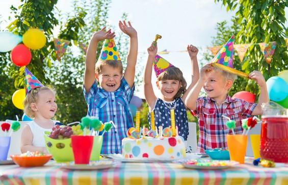 Kindergeburtstag: Party im Garten mit Kuchen und Kerzenauspusten (© Petro Feketa - Fotolia.com)