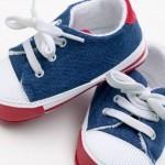Süße kleine Kinderschuhe - aber sind sie auch nicht zu klein? (© Jupiterimages/liquidlibrary/Thinkstock)
