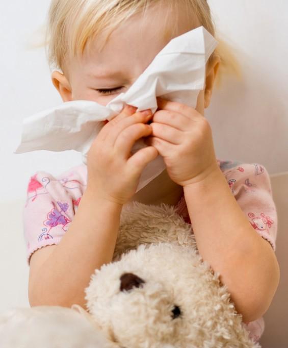 Kleinkind mit Erkältung und Schnupfen (© mbt_studio - Fotolia.com)