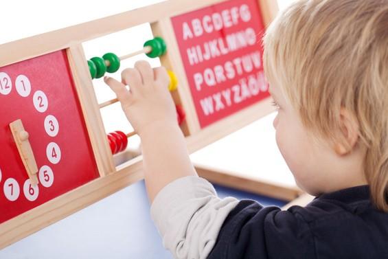 Lernspielzeug ist bis hin zur Einschulung ein beliebtes Geschenk, das die Entwickklung des Kindes aktiv fördern soll (© contrastwerkstatt - Fotolia.com)
