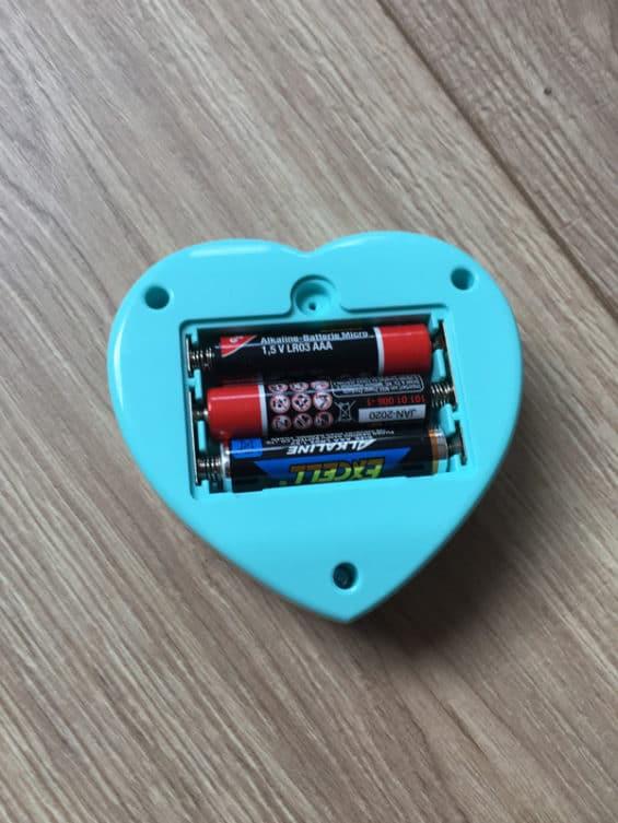 Es werden 3x AA Batterien benötigt