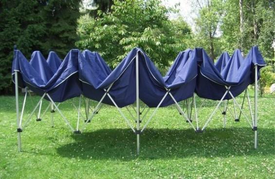 Faltzelt: Das große Partyzelt lässt sich dank raffiniertem Falt-Gestänge-System im Handumdrehen in den Garten stellen